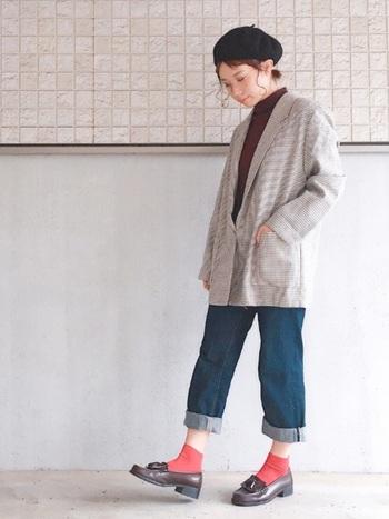 落ち着いた色柄のジャケットは、ロールアップデニムで若々しく。パッと目を惹くカラフルソックスを投入すれば、さらに快活な印象に導けます。