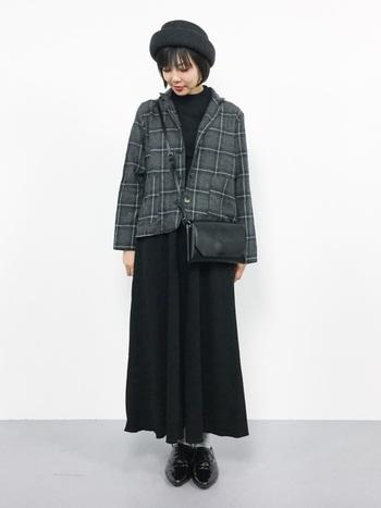 着こなしがカッコ良くなり過ぎてしまわぬよう、ブラックベースのスタイルを、フレアのガウチョパンツでニュアンシーに。