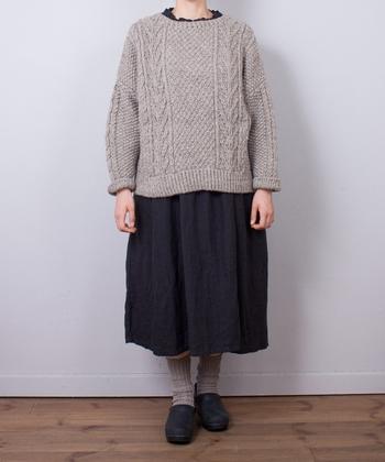 アラン編みのベーシックなニットに1年中着こなせるリネンのシャツワンピース。シーズンレスなアイテムも「チープ・シック」スタイルを感じさせます。