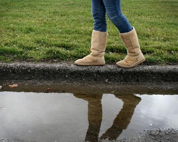街中を歩いていると多く見かけるのがムートンブーツ。北海道の冬にはマストなアイテムと言ってもいいでしょう。 足もとをあたたかく包んでくれるムートンブーツですが、歩いているうちに雪で濡れてしまうこともしばしば。11月と同様にこちらもしっかりと防水処理を施しましょう。