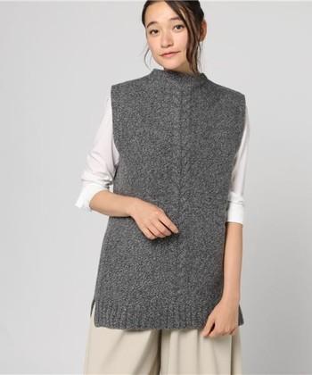 防寒はもちろん、着こなしにおしゃれな奥行きも演出。そんな有用性の高いニットベストは、ワードローブに常備しておきたい秋冬の必携アイテムです。各ブランドからはいろいろなデザインがリリースされていますが、やはりまず欲しいのは、ベーシックカラーのプレーンタイプ。今回は中でも、ベージュ・グレー・ネイビーに絞り、その上手なコーデ方法をご紹介いたします!