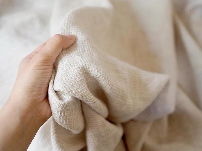 リネンやガーゼ素材の布なら、ナチュラルで柔らかな雰囲気に。肌触りも良く、使う程風合いを増してくれるので、自分のおうちだけの特別な味わいを出すことができるんです。