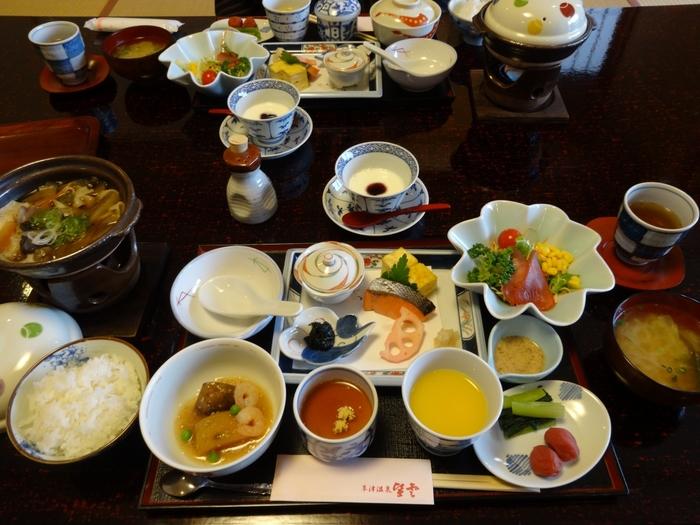 ボリューム満点の朝食。身体に優しい和食で、朝から元気いっぱいになれますね。