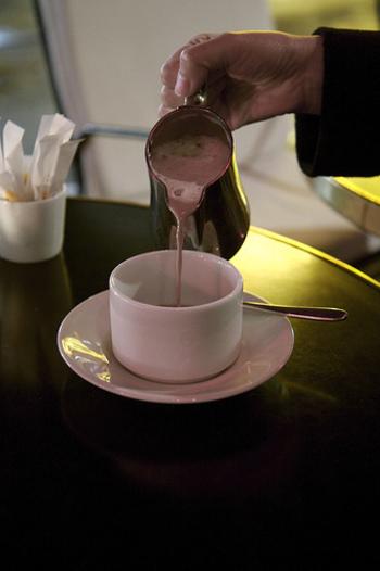 """フランス人が大好きな「ショコラショー(chocolat chaud)」。フランス語で""""熱いチョコレート""""という意味の、チョコレートを牛乳に溶かすだけのシンプルな飲み物です。"""
