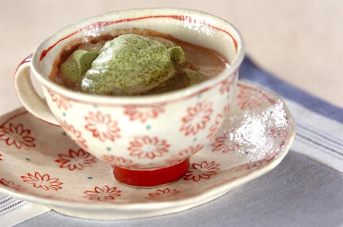 ふんわり泡だてた抹茶クリームをココアの上にのせた抹茶ココアです。抹茶の香りとほろ苦さが甘いココアと絶妙にマッチした、和洋折衷の上品なお味。