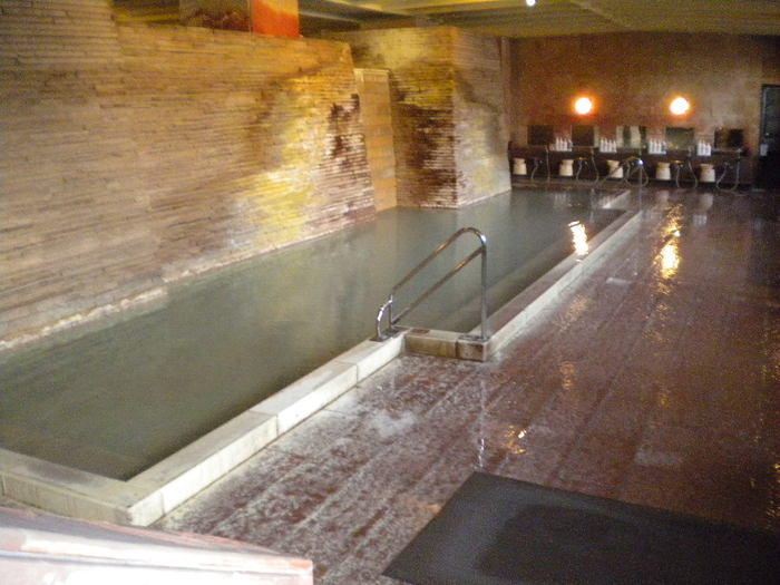 こちらの温泉は2つの源泉を使用していて、大浴場は「湯畑前白旗源泉」で少し白濁したお湯が特徴です。そして露天風呂は湯畑から離れたにある「白根山万代鉱源泉」のお湯が楽しめます。