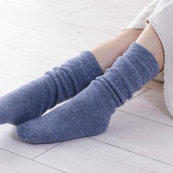 つま先が冷えるという方は、冷え取り靴下にもトライしてみましょう。足首をしめつけず、シルクとウールの靴下を重ね履きする履き方は睡眠中も邪魔になりません。