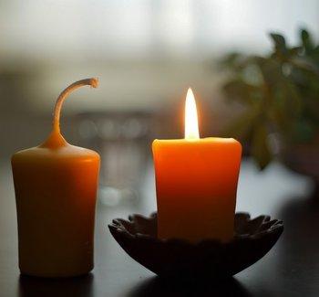 スマホの明るさだけでなく、部屋の電気も眠りの妨げになってしまいます。時にはゆらゆら揺れるキャンドルを灯してみては?天然素材の蜜蠟キャンドルは、燃焼時間が長く、燃焼するときに発生するマイナスイオンが空気の浄化になるとも言われます。ただし、くれぐれも火事には気を付けて。