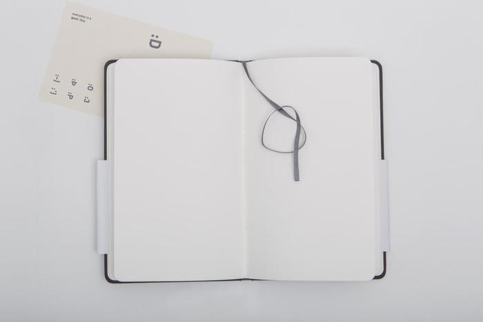 今日あったことが頭から離れず心がモヤモヤするときは、紙に起きた出来事を書きましょう。その時、反省や後悔を綴るのではなく、客観的な視点から書くのがポイント。なぜか紙に書いたら心がちょっぴりすっきりします。
