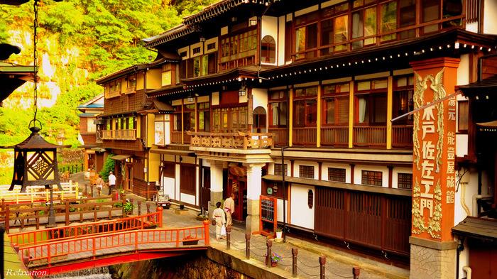 山形県、尾花沢市の山の中にある「銀山温泉」は、その名の通り、かつて銀の採れる銀山として栄えたことからきています。大正から昭和初期の建物が並ぶレトロな景観が素敵。日本人はもちろん外国人観光客にも人気の温泉地です。
