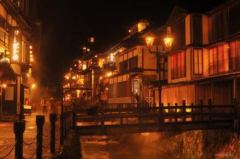 昼間の街歩きも楽しいのですが、ライトアップされた銀山温泉はさらに風情があります。温かみのあるガス灯が照らし出す温泉街の街並みは、どこか別の世界に迷い込んだよう! ライトアップは薄暗くなり始める夕方16:30から21:00まで。夕食後にちょっとお出かけしてみませんか?