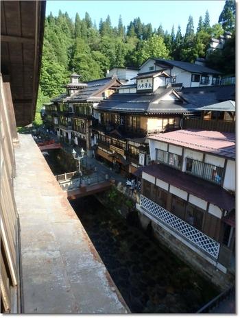 おすすめは川沿いの部屋。部屋の窓から温泉街を一望できます。夜のライトアップも高い位置から眺めることができますよ♪