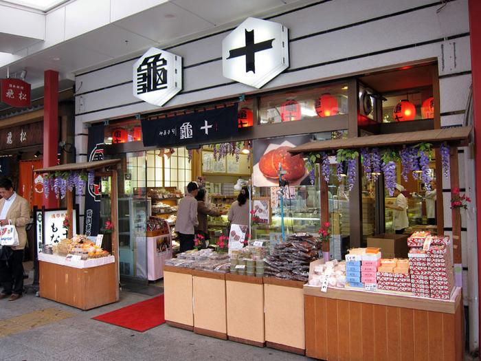 「亀十(かめじゅう)」は、浅草にお店を構える老舗和菓子屋。雷門のすぐ目の前にあります。