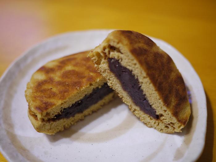 草月のどらやきは、「黒松」と呼ばれています。特徴は、皮に黒糖が含まれているところ。コクのある味わいで、甘さを抑えたあんことの相性が抜群なのだとか。