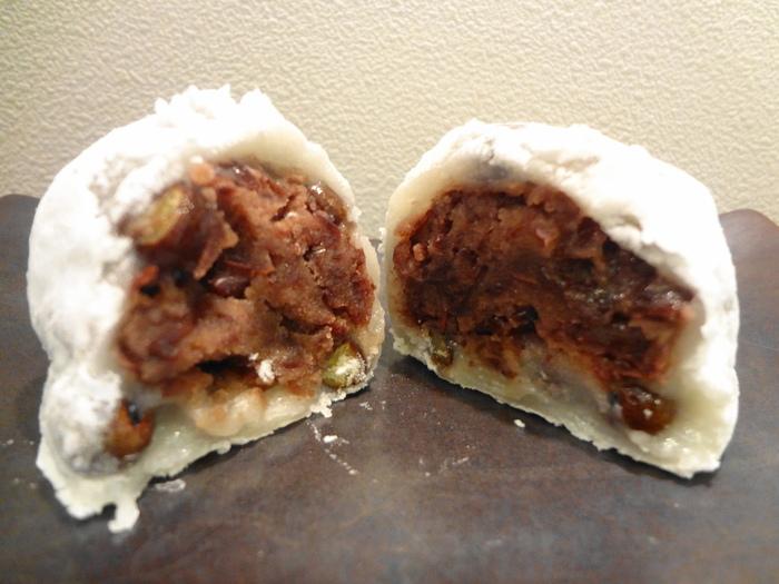 松島屋の豆大福は、粒あんがたっぷり入っているところ。あんこは蒸した赤えんどう豆が使われており柔らかく、塩加減が絶妙と評判です。
