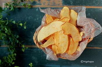パリッとした軽い食感のりんごチップ。調味料を一切使わず、焼いて旨みを凝縮する事でフルーツ本来の甘みを感じることができます。