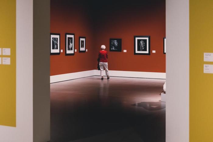 センス磨きの王道といえば、ギャラリーや美術館を訪れること。ぐいっと心が掴まれる瞬間に、感受性がどんどん育っていきます。 一昔前に比べて「アートは難しいものではなく、みんなのものだ」という考え方で展示をおこなっているところが多いので、とっても身近な存在になったギャラリーや美術館。まずは大きな美術館から足を運んでみてはいかがでしょうか。