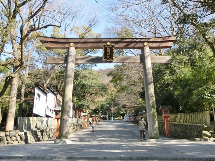 大阪府と奈良県を隔てる生駒山麓に鎮座する板岡神社は、大阪府を代表する古社のひとつで、その創建は、紀元前までさかのぼります。学業成就、必勝祈願、交通安全などのご利益があり、地元の人々に親しまれています。