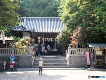 「千里の天神さん」と呼ばれ、地元の人々に親しまれている上新田天神社は、江戸時代に開拓された上新田村(現在の豊中市上新田地区)に鎮座する神社です。日本初のニュータウン、「千里ニュータウン」に取り囲まれた上新田天神社は、都市計画に基づいて造られた美しい景観を持つ地域に囲まれながらも、どこか江戸時代の面影を残す風情があります。
