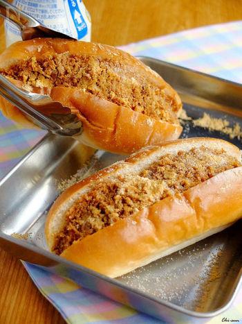 揚げパンはおいしいけれど、ちょっと重い…。そこで、パン粉を炒めた揚げパン風フィリングをコッペパンにはさんだ、揚げない揚げパンはいかが?ちゃんと揚げパンの味がします。懐かしい給食の味を再現してみませんか?