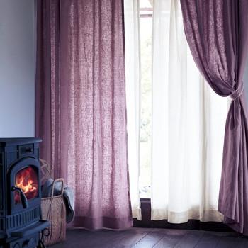 大人っぽいパープルが印象的なカーテン。ほどよい透け感で、昼と夜でイメージが違ってくるのもリネンならでは。