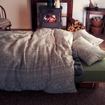 リネンといえば無地のイメージがありますが、シックな柄を取り入れたリネンは季節感アップ。毛布と組み合わせて、暖かさを調節するのも◎