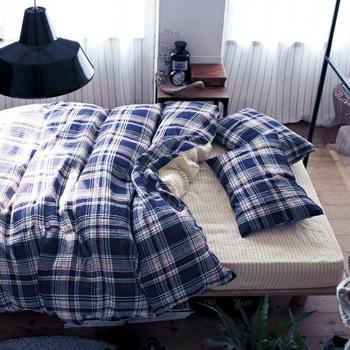 ユニセックスなチェック柄なら、夫婦の寝室にもぴったり。裏面のシンプルなボーダーもおしゃれです。