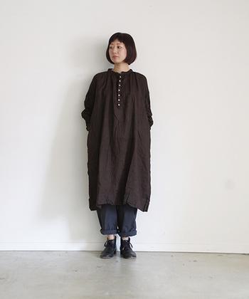 ブラウンカラーで季節感のある着こなしに。濃いめの色でも重たい印象を与えないのはリネンの質感ならでは。