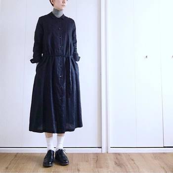 やわらかな風合いのリネンは重ね着してもゴワつかないのがうれしい。タートルネックを合わせるコーデがかわいいですよね。