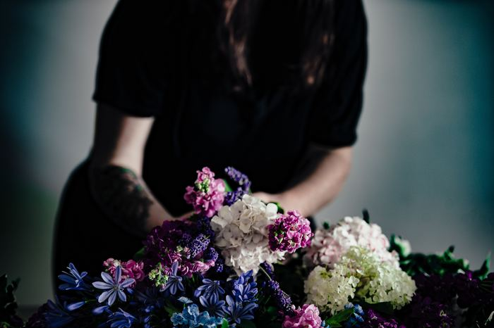 どうしてそんなに愛されてるの?暮らし上手が選ぶ花瓶『フローラ』の魅力、再発見