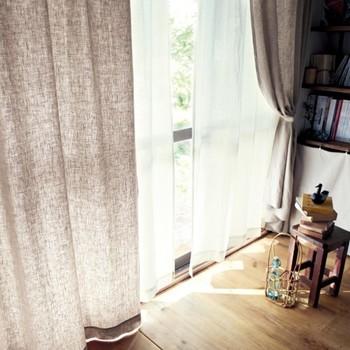 ナチュラルなインテリアに馴染むベージュのカーテン。リネンの素材感を楽しむことができる定番のカラーです。