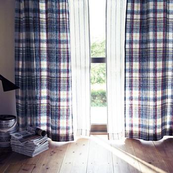 カーテンをインテリアの主役にするなら、チェックのデザインがおすすめ。ストライプの薄地カーテンと合わせてもナチュラルな印象に見せてくれるのはリネンの素材感ならでは。