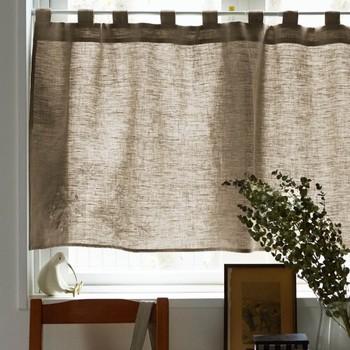 ほどよく光を取り込みたいキッチンや小窓にはリネンのカフェカーテンを。目隠ししながらも暗くならないのがうれしい。