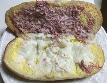 """作りたての総菜コッペパンが人気の「パンの田島」。写真の""""コンビーフポテト""""や、""""厚切りハムカツ""""、""""ナポリタン""""など、バリエーションも豊富です。もちろん、甘いコッペパンもいっぱい!"""