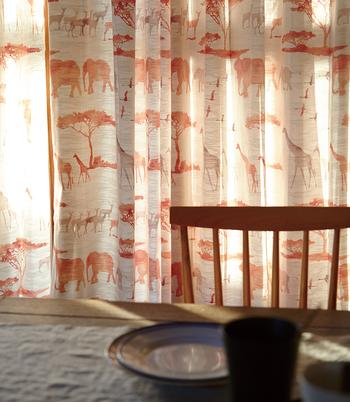 小さなお部屋では、あまり多くのインテリア家具は置けません。だからこそ、壁面積の大半を占めるカーテン選びは重要です。