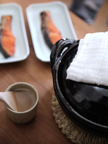 土鍋で白米や混ぜご飯を炊いて、お米の美味しさを味わうのはいかがでしょうか?美味しく炊けたご飯を、土鍋ごと食卓に並べて、ほっこりとあたたかな雰囲気を楽しみましょう♪