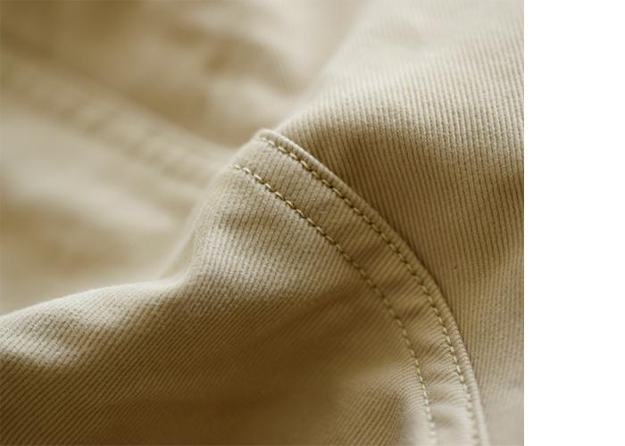 チノパンはチノクロスパンツを略した名称。チノクロスは、厚手で丈夫なコットン100%のツイル生地です。しっかりとしたコシがあって、メンズライクで無骨な雰囲気が魅力。その一方で、上品な光沢を備え、綾織りの美しさも堪能できるフォーマル感も備わっています。