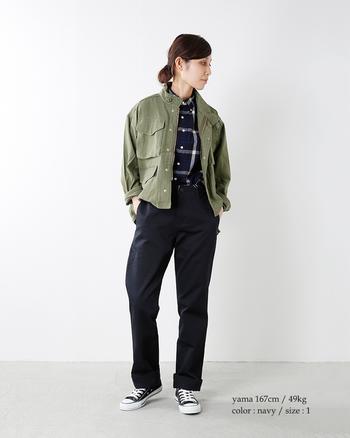 have a good day(ハブアグッドデイ)のパンツをミリタリージャケットでメンズライクな着こなしに。ブラックがきれいめの雰囲気で、カジュアルになり過ぎず、かっこいい大人のカジュアルスタイルに仕上がっています。