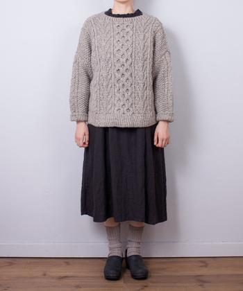 ローゲージニットは、編み目模様が引き立つため、ナチュラルカラーでも主役となるデザイン性の高さが特徴です。シックな色合いでまとめても可愛いコーディネートが作れます。