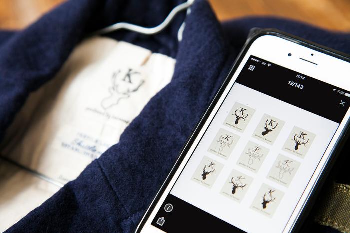 kazumiさんコラボ企画につけられるネームタグ。鹿のイラストが可愛らしいデザインは、いくつものデザイン案からメールや電話で何度もやりとりをして決められたとのこと。