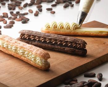 カカオの香り豊かな3種類のチョコレートを、サクサクのシュー生地でサンドされたcacaoエクレア。サクサクした食感ととろ~りとろけるチョコレートが絶妙です。見た目の可愛らしさも気分が上がりますね。