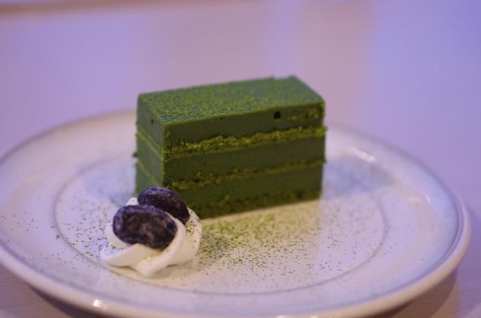 京都にある、抹茶の老舗として有名な「京はやしや」。抹茶パフェの元祖として有名なお店で、上質な抹茶を使ったスイーツが人気です。こっくり濃厚な抹茶チョコケーキ。抹茶の香りと味わいが楽しめます。
