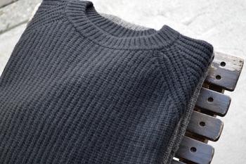 ザックリと粗く編まれたローゲージニットは、素朴でナチュラルな印象を与えます。厚地なニットも多いので、防寒力が高く見た目にもあたたかい印象の季節感のあるコーディネートが楽しめます。