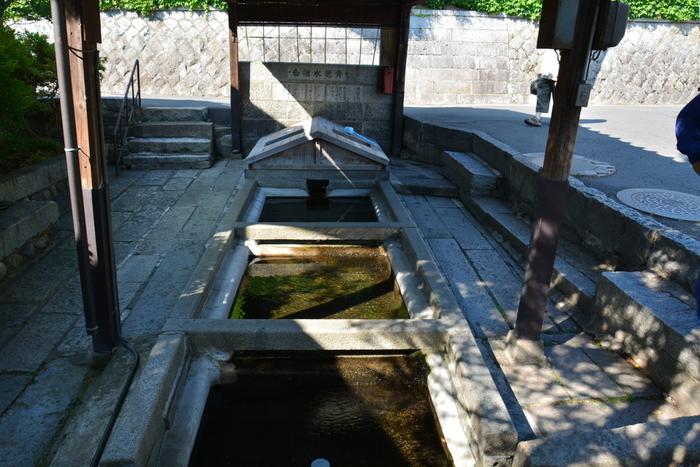 「青龍水」は大慈寺のそばにある「祇陀寺(ぎだじ)」を水源としています。こちらもひな壇状になっており、「大慈清水」と同じく使い方が決められています。今でも生活用水として周辺にお住いの方が利用しており、ペットボトルやタンクで汲みに来る姿が見受けられます。