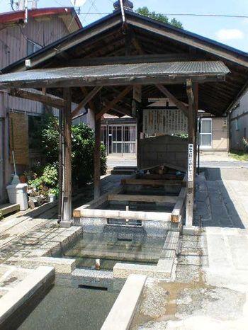 「大慈清水」は、日本初の平民宰相として活躍した盛岡市出身の原敬(1856-1921)が眠る「大慈寺」から湧き出た水を引いたのがはじまりと言われています。ひな壇状になっており、上から1番井戸は飲み水、2番は米研ぎ水、3番は野菜や食器洗い、4番は洗濯水と決められています。