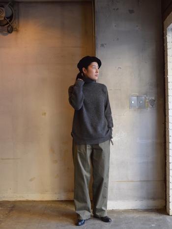 ざっくりとしたニットスタイルは、マニッシュなスタイルでも可愛らしさがプラスされます。