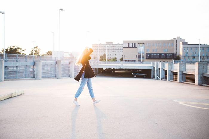 """背筋がすっと伸びている女性は、周りの人に自然と好印象を与えます。たとえば街で歩き方が綺麗な人を見かけると、つい目で追いかけてしまいますよね?""""人は第一印象の9割を見た目で決める""""とよく言われていますが、「姿勢」もその人の印象を左右する大事な要素です。"""