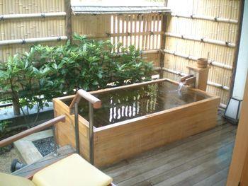 客室の露天風呂は「にの湯」と同じ源泉を使用。ゆっくりと足を伸ばして一人の時間を堪能するもよし、お友達やご家族で楽しむのもよし。