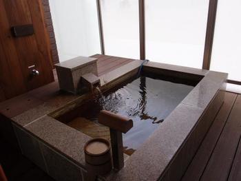 贅沢な源泉かけ流しの客室露天風呂。好きな時間に何度でも入れるのが嬉しいですね。