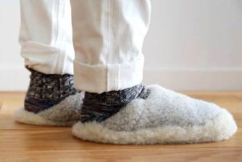 そのまま靴のように履いても、エスパドリーユのようにかかとをふんで履くのも◎裏はラバーになっているので、滑る心配もありません。冷えやすい足先を寒さから守ってくれますよ。